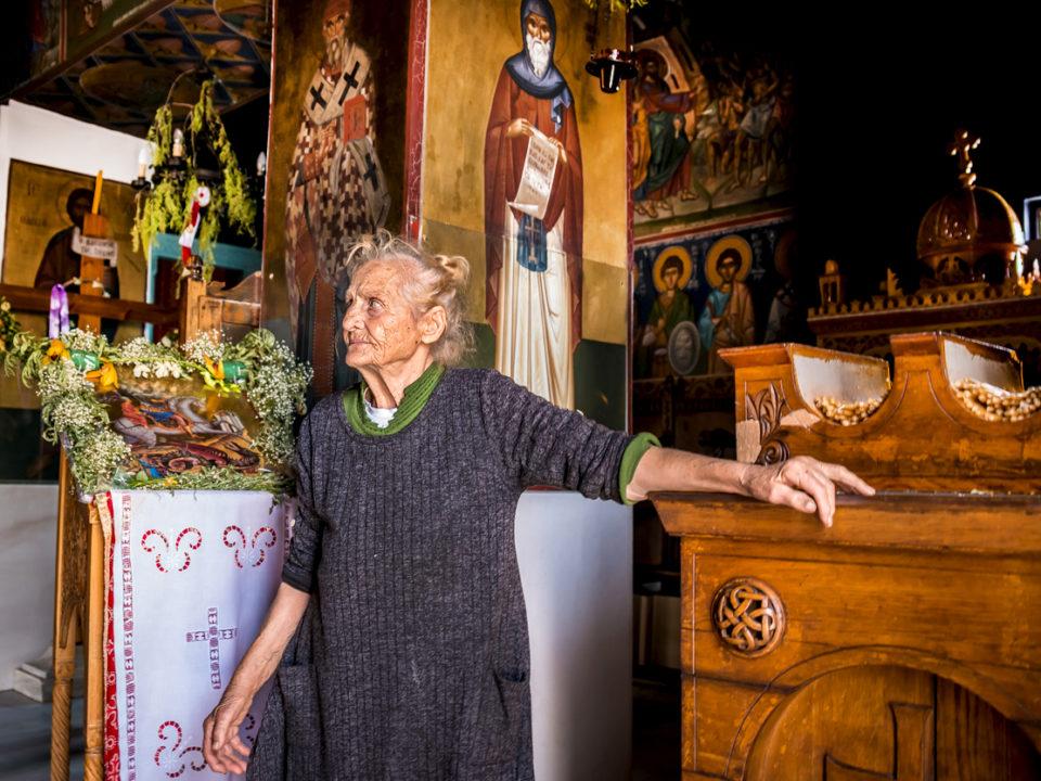 Mujer cuidadora de capilla ortodoxa, Atenas.