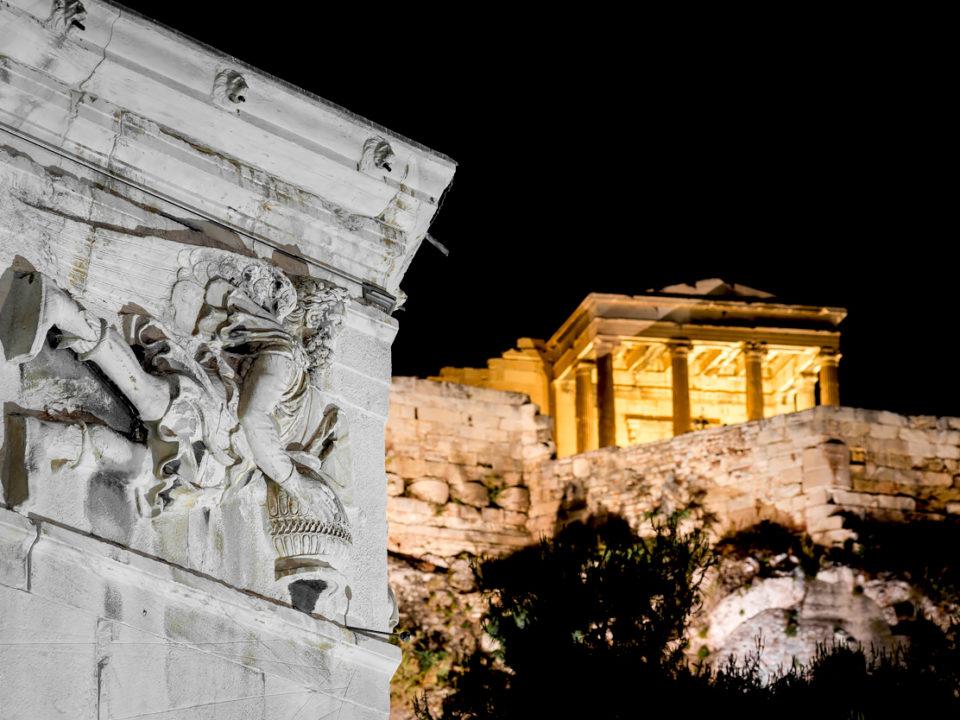 Fotografía nocturna de la Acrópolis, Atenas.